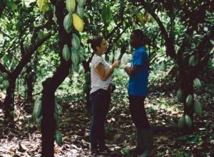Olivia Gähwiler interviewt einen Kakao-Kleinbauern in Ghana (Foto: Florian Schweer)