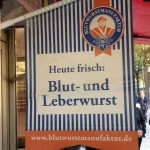 """Schild mit der Aufschrift """"Heute frisch: Blut- und Leberwurst"""""""