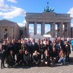 Gruppenfoto vor dem Brandenburger Tor in Berlin