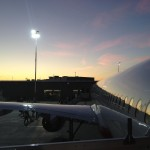 Flugzeug im Abendlicht am Flughafen