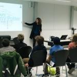 Sarah Genner zeigt den Kindern, was die Forscher herausgefunden haben.