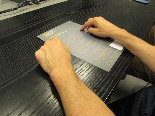 Die Teilnehmenden lernen die Brailleschrift kennen