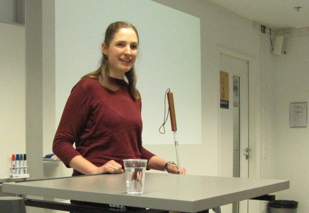 Gabi Rechsteiner steht selbstbewusst vor ihrem Publikum
