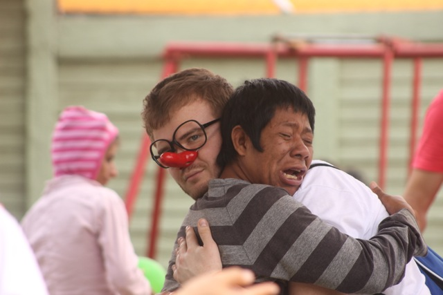 Adam Piccin umarmt einen weinenden Jungen in der Kinder-und Jugendpsychatrie