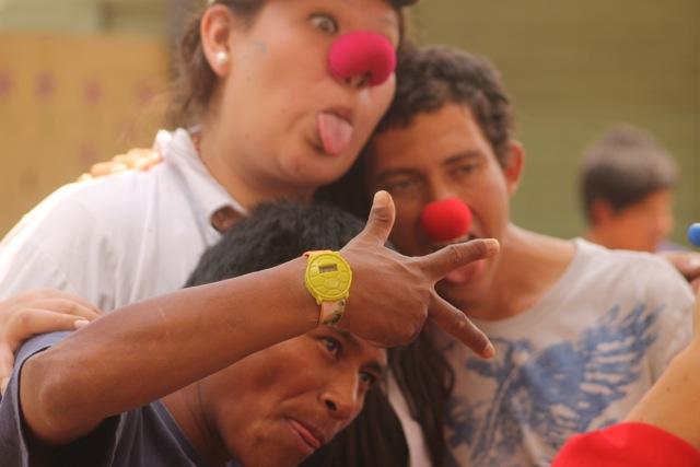 Clowns in ausgelassenem Spiel mit einem Patienten