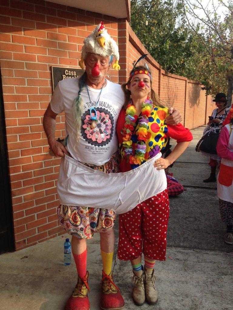 Lisa Strautmann und Patch Adams auf ihrer Clown-Tour in Guatemala.