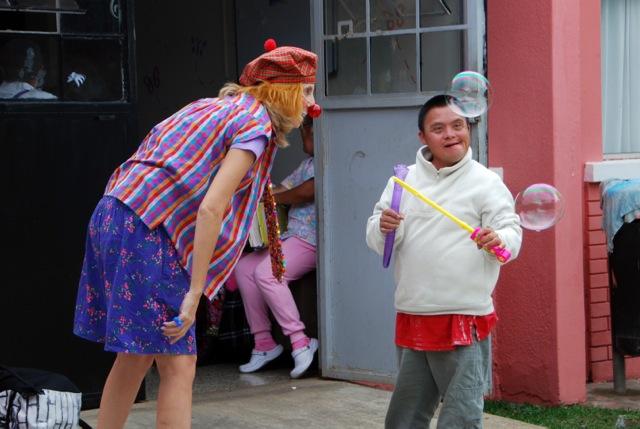 Marianne Chanchez zeigt einem Jungen wie man Seifenblasen macht.