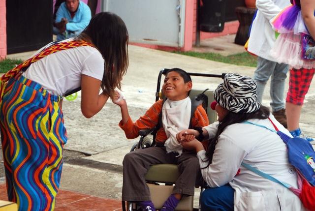 Sahar Kawari bei der Arbeit mit Kindern in Columbien