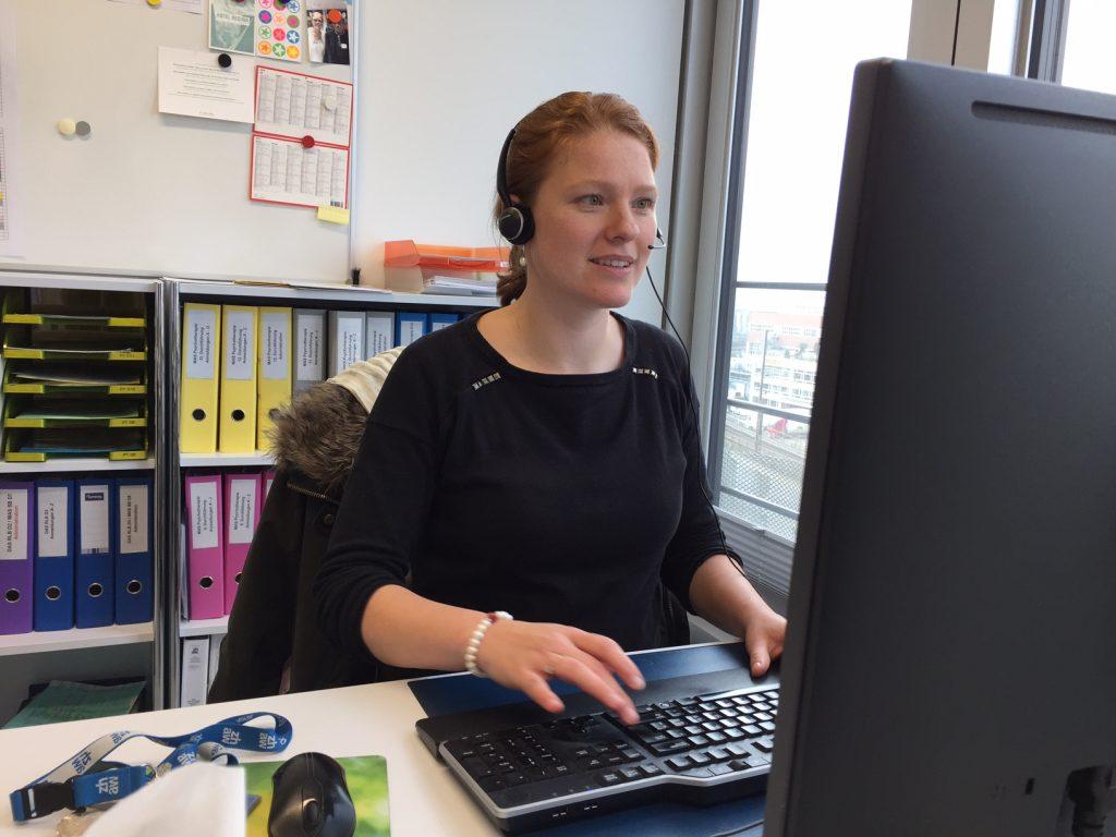 Heidi im Büro am Telefon