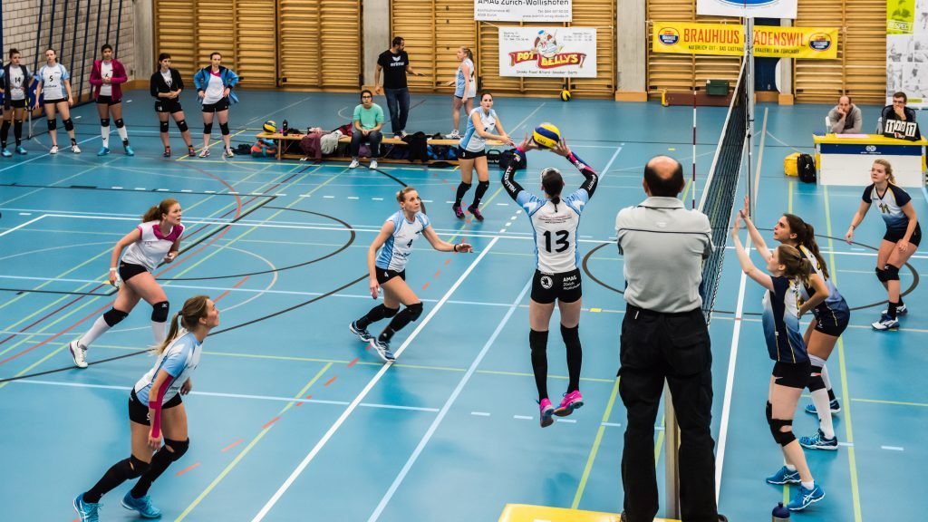Heidi beim Volleyballspielen