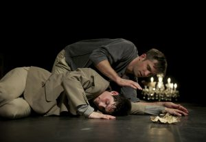 Der gesunde Bruder (Silvan Kappeler) legt sich neben den kranken (Fabian Müller)