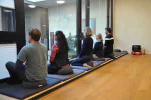 CAS-Teilnehmende während der Sitzmeditation
