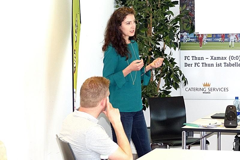 Tanja von Rotz vor aufmerksamen Zuhörern