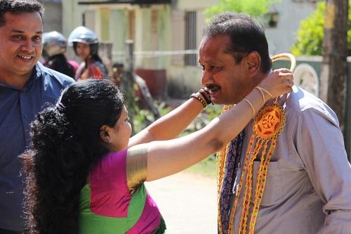Rega Rathagirushnan begrüsst den Gemeindevertreter vor Ort