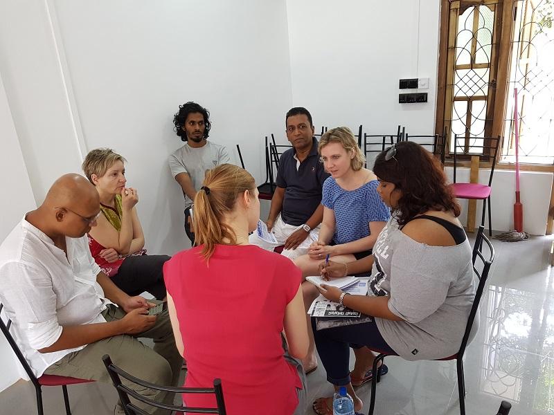 Teambesprechung im neuen Büro in Batticaloa