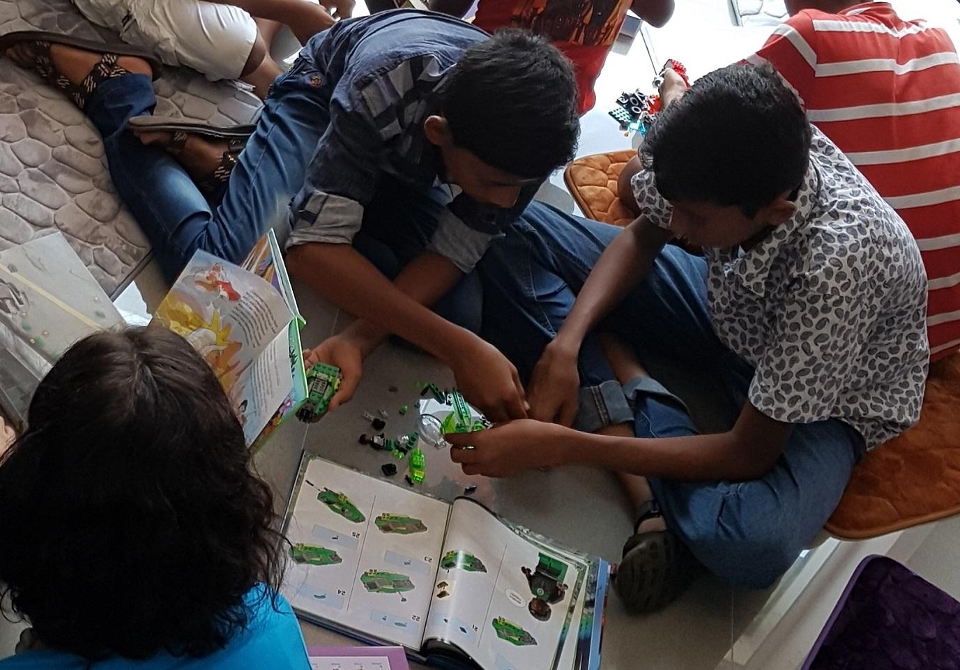 Kinder setzen Lego-Modelle mit Instruktionen zusammen