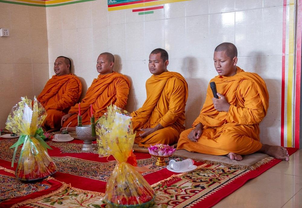 Mönche segnen das Lernzentrum.
