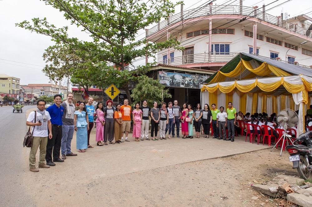Beide Teams vor dem fertiggestellten Lernzentrum.