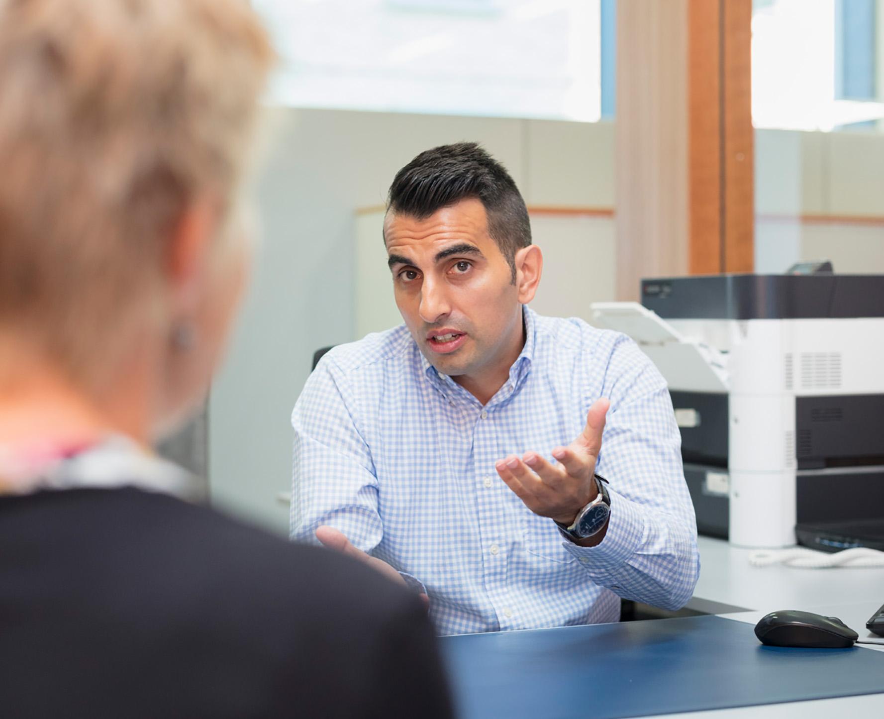 Diego Serrano im Gespräch mit einer Klientin