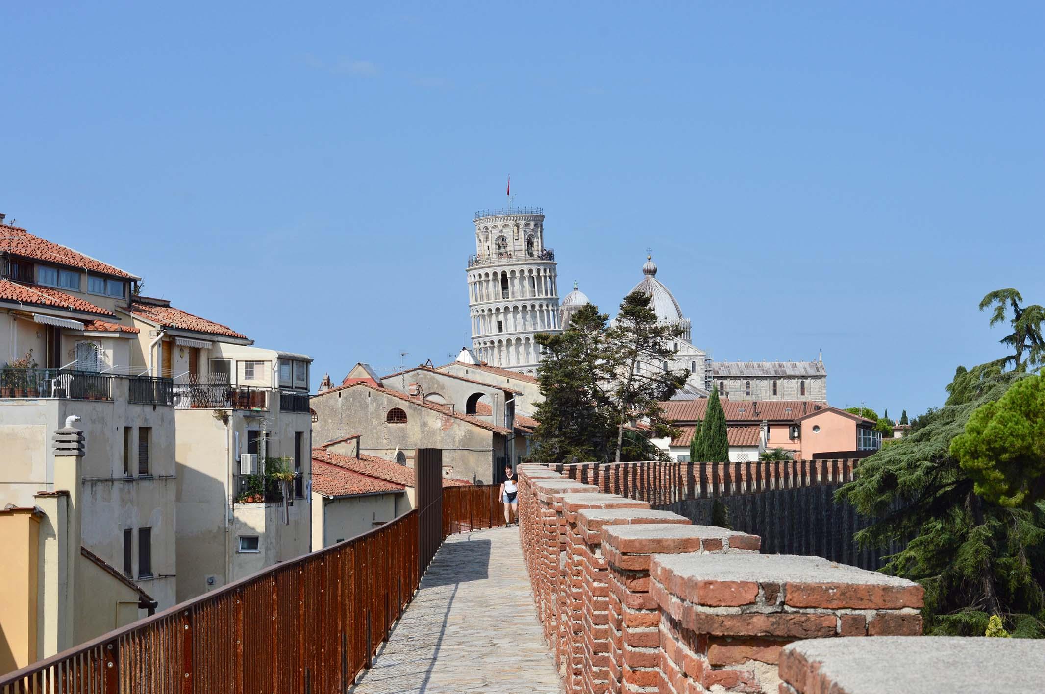 Blick von den Dächern auf den schiefen Turm von Pisa