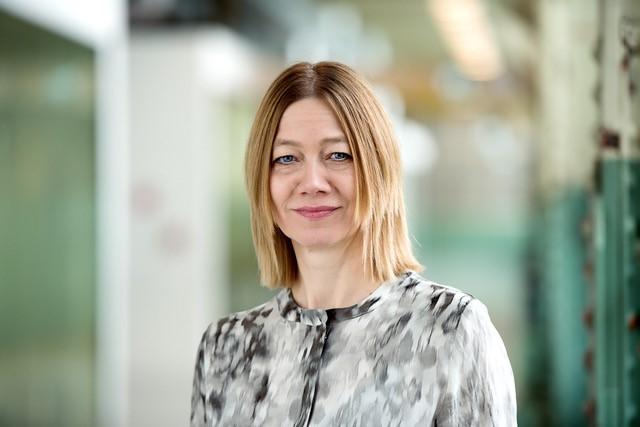 Portraitfoto der blonden Professorin Dr. Wibke Weber, Professorin für Medienlinguistik