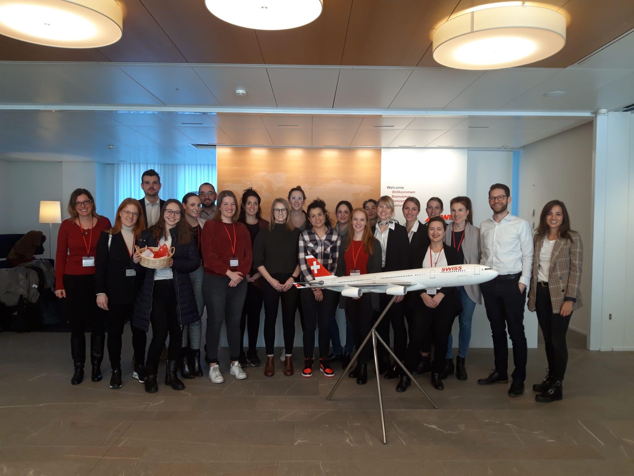Gruppenfoto von Swiss-Mitarbeitern, darunter die Masterstudentin Nadine Egloff