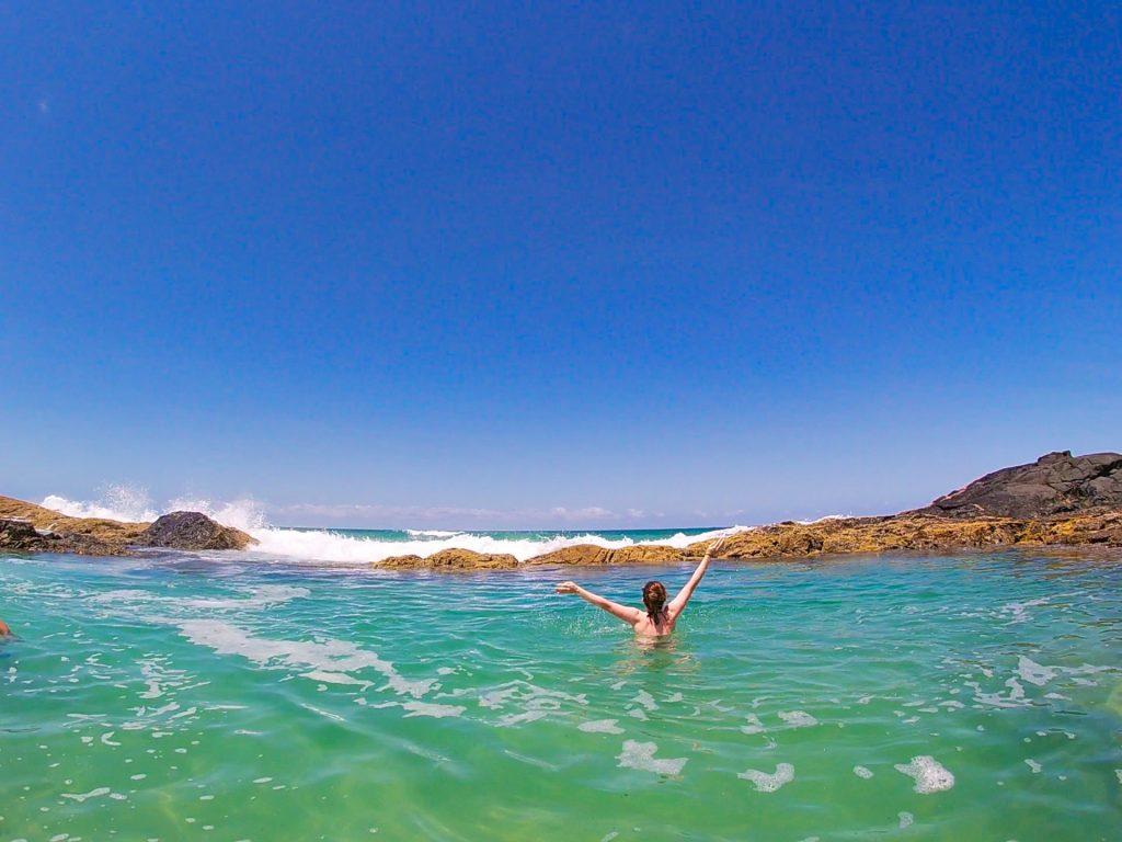 Dalia geniesst ein Bad im Meer bei schönstem Wetter.