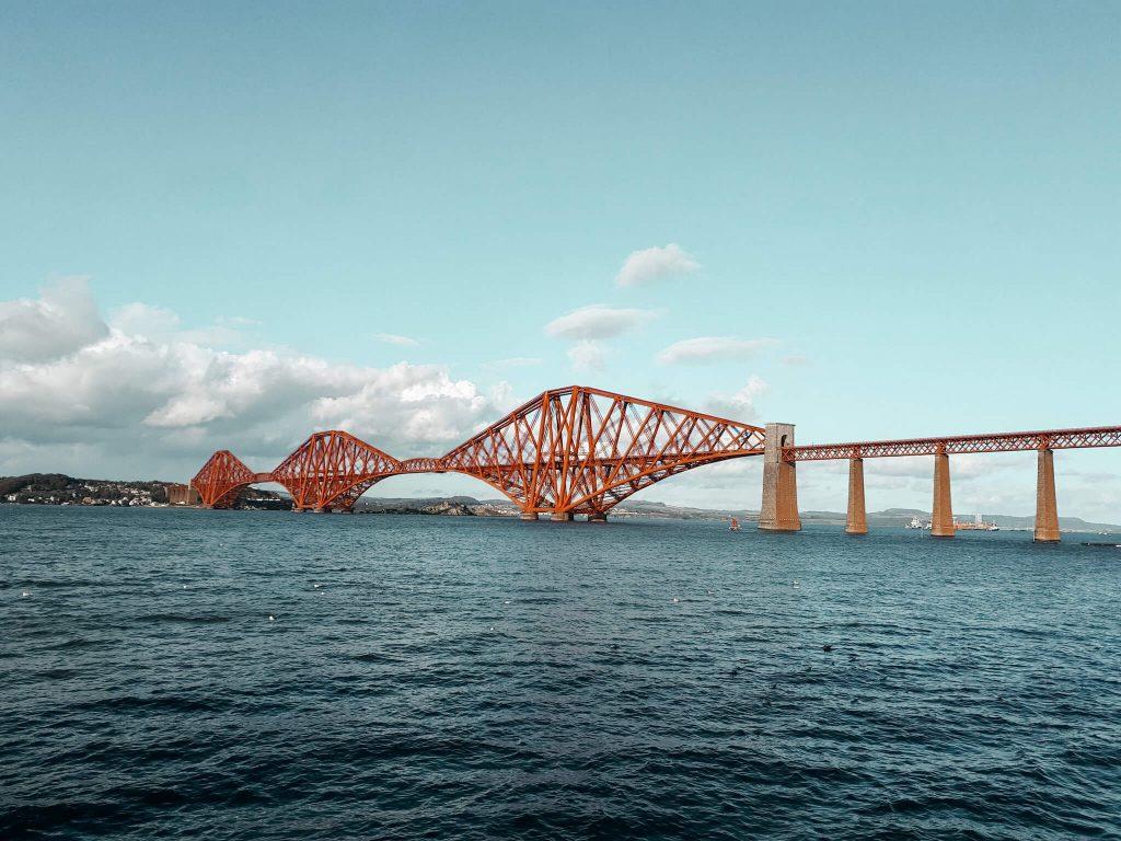 Rote Brücke über dem Wasser. Auslandsemester Edinburgh