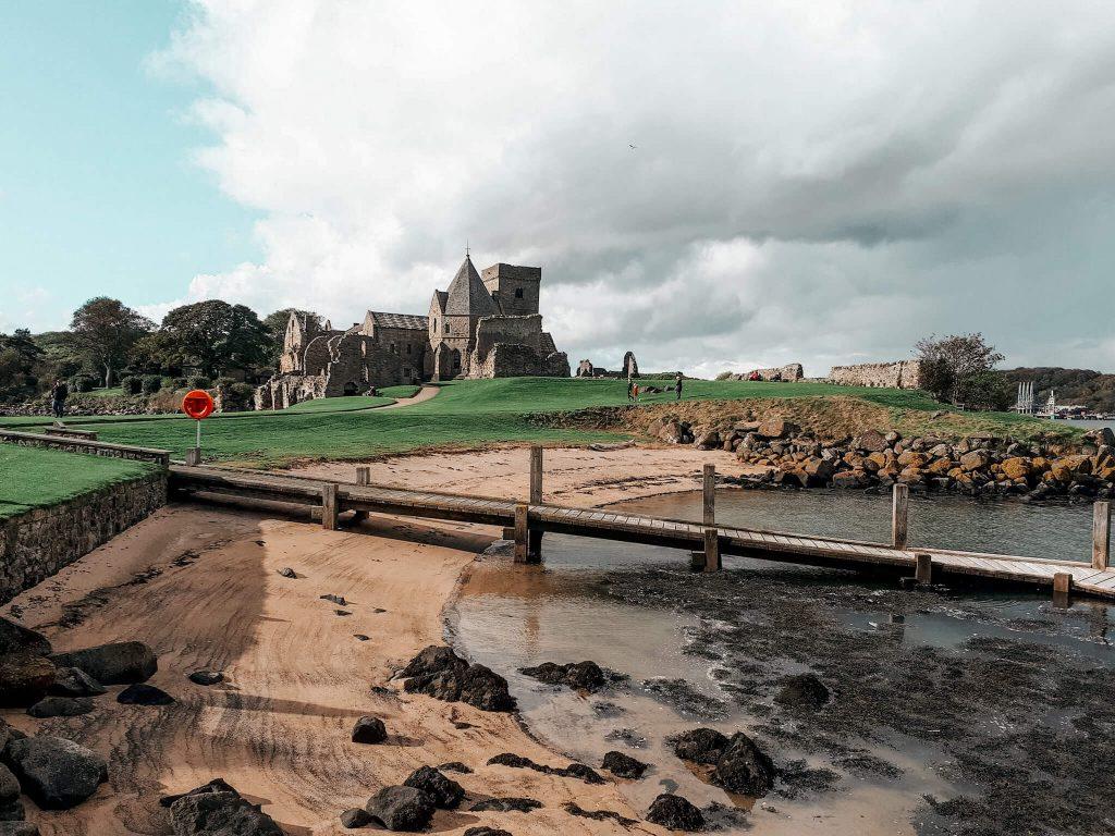 Auslandsemester Edinburgh. Ausflug zu einer Insel. Im Vordergrund Strand und Meer. Im Hintergrund eine Burg.