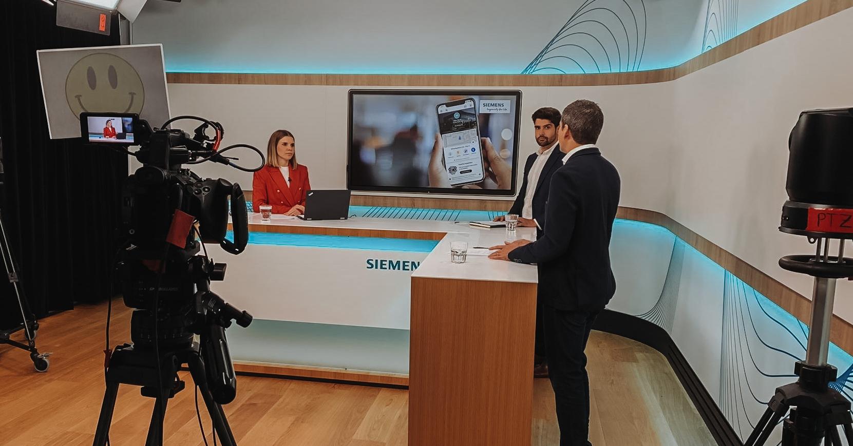 Im Siemens Studio. Die Absolventin Filippa Heierli moderiert Webcasts.