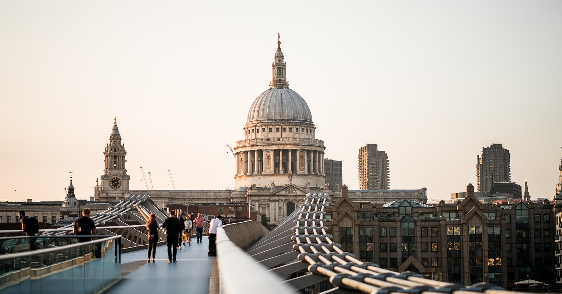 Millennium Bridge London mit Sicht auf St. Paul's Cathedral