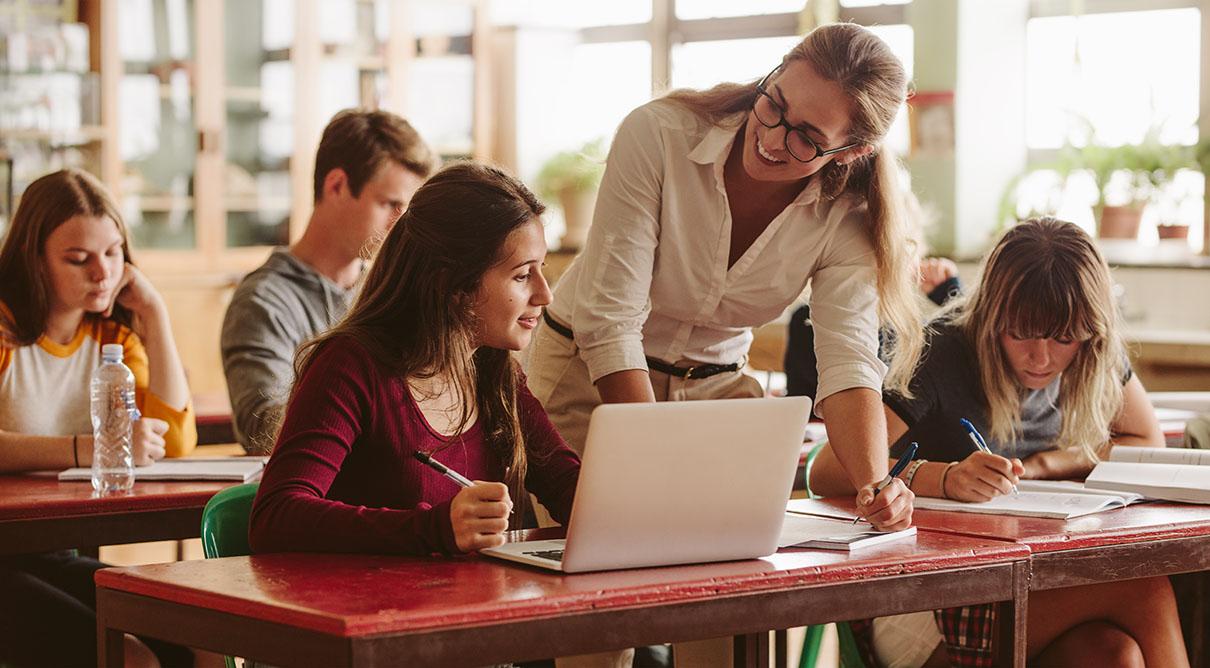 Eine Lehrperson unterrichtet Lernende in der Berufsbildung und geht auf die individuellen Sprachniveaus ein