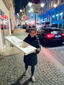 Sandra mit einer 1-Meter-Pizza.