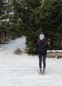 Olivia im verschneiten Wald beim Eschenbergturm in Winterthur.