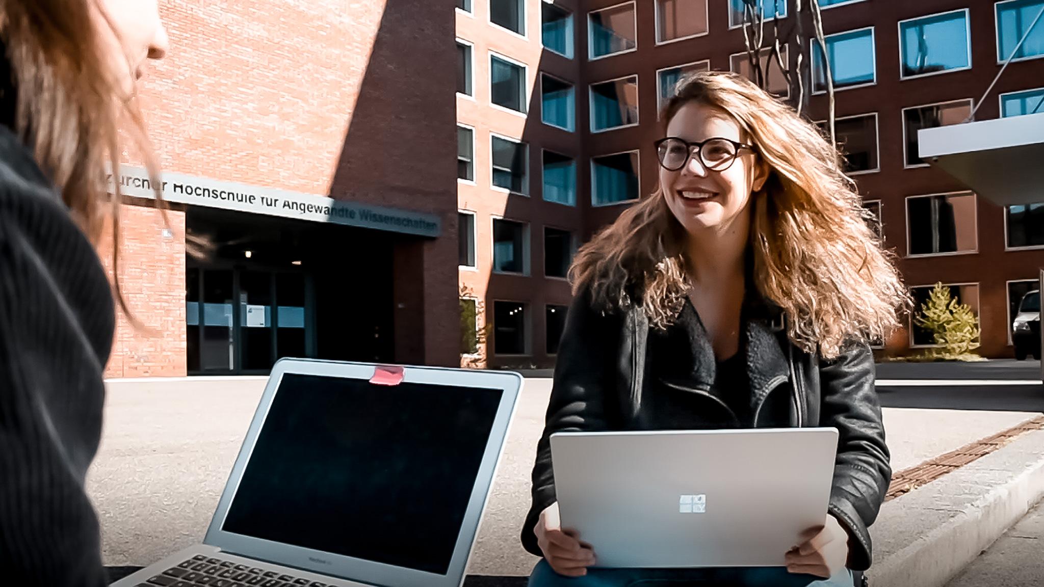 Cristina Arioli vor dem Gebäude der ZHAW Angewandte Linguistik