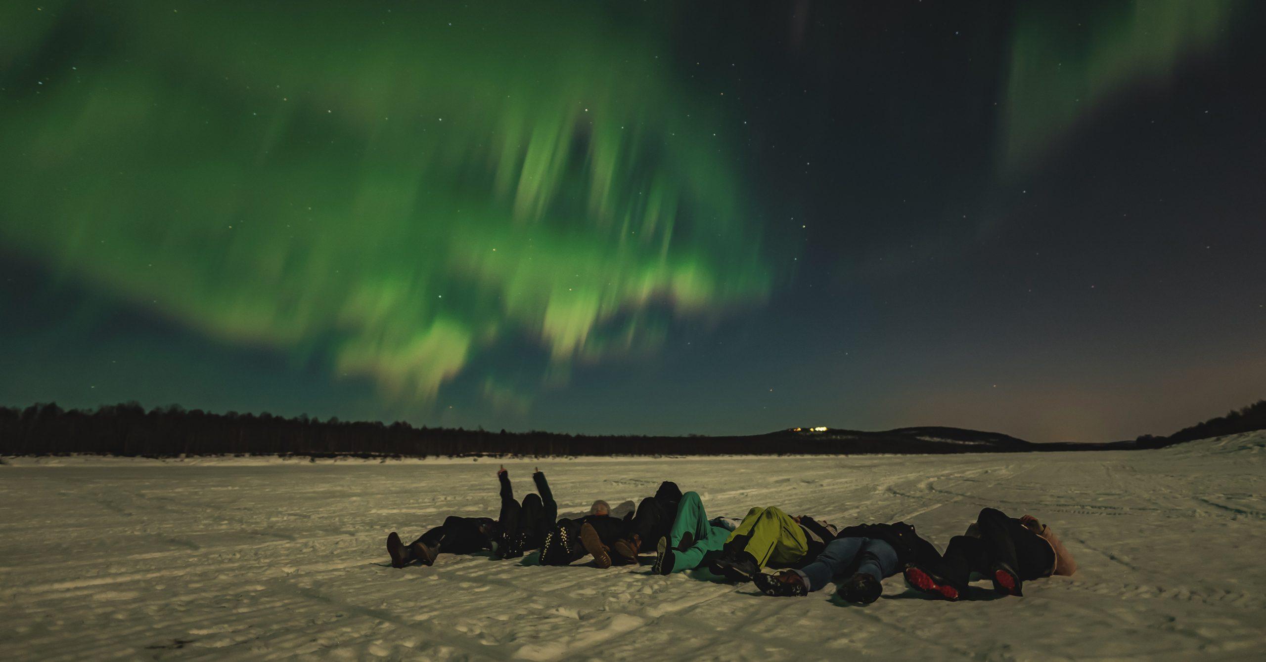Angelika Tanner mit Freunden beim Beobachten der Polarlichter.