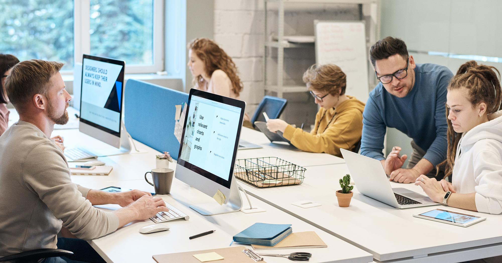 Arbeitsumfeld verschiedene Personen am PC