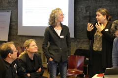 1  Alice Delorme erläutert Marianne Zünd (Bundesamt für Energie BFE) die Schweizer Energiediskurse; mit auf dem Bild Ann-Kathrin Faust (BFE, 3. v. l.).