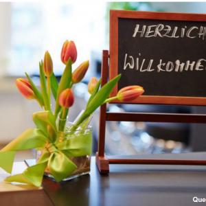 """Blumenstrauss und Tafel """"Herzlich Willkommen"""""""