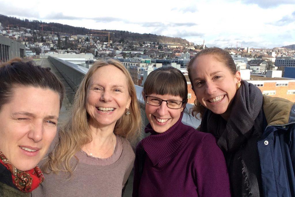 3 Mitarbeitende der ZHAW Soziale Arbeit und der FH Campus Wien auf der Dachterrasse des Toni-Areals.