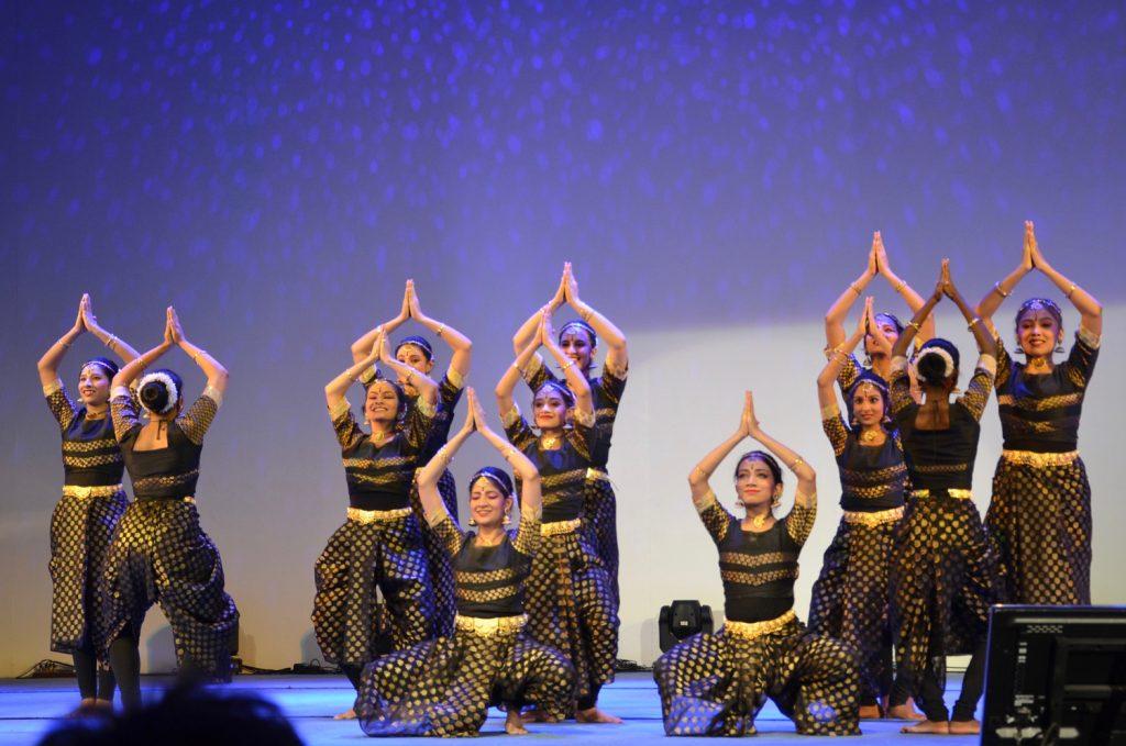 indische Tänzerinnen auf einer Bühne