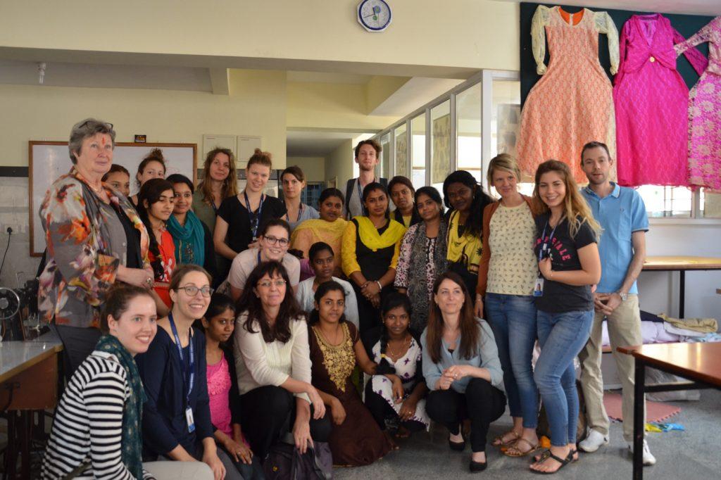 Gruppenfoto der Teilnehmenden der Studienreise nach Indien zusammen mit den Frauen des BOSCO-Hauses