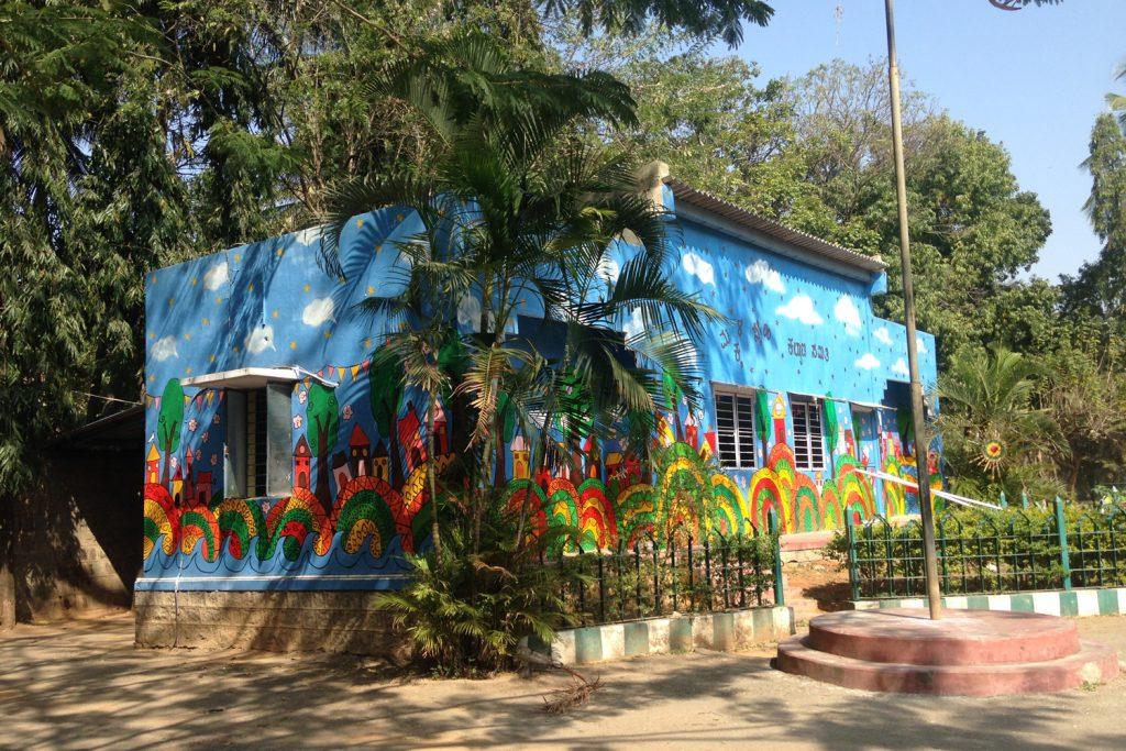 Farbiges Mädchen- und Jungenhaus «State Home» in Indien