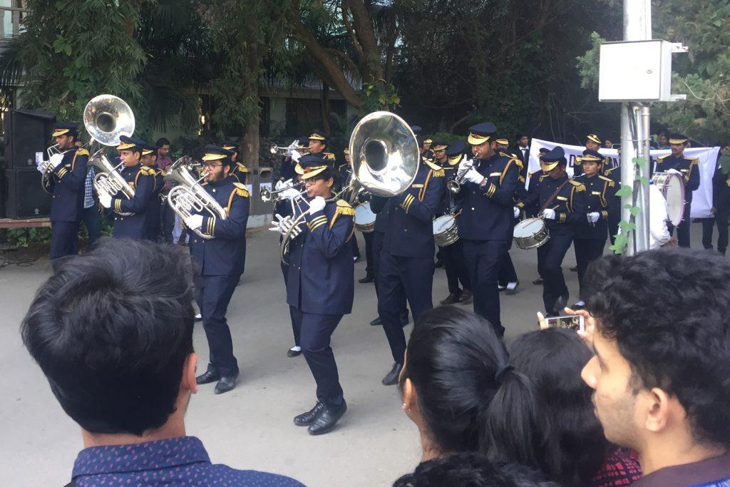 Marschmusik am InBloomFestival in Indien