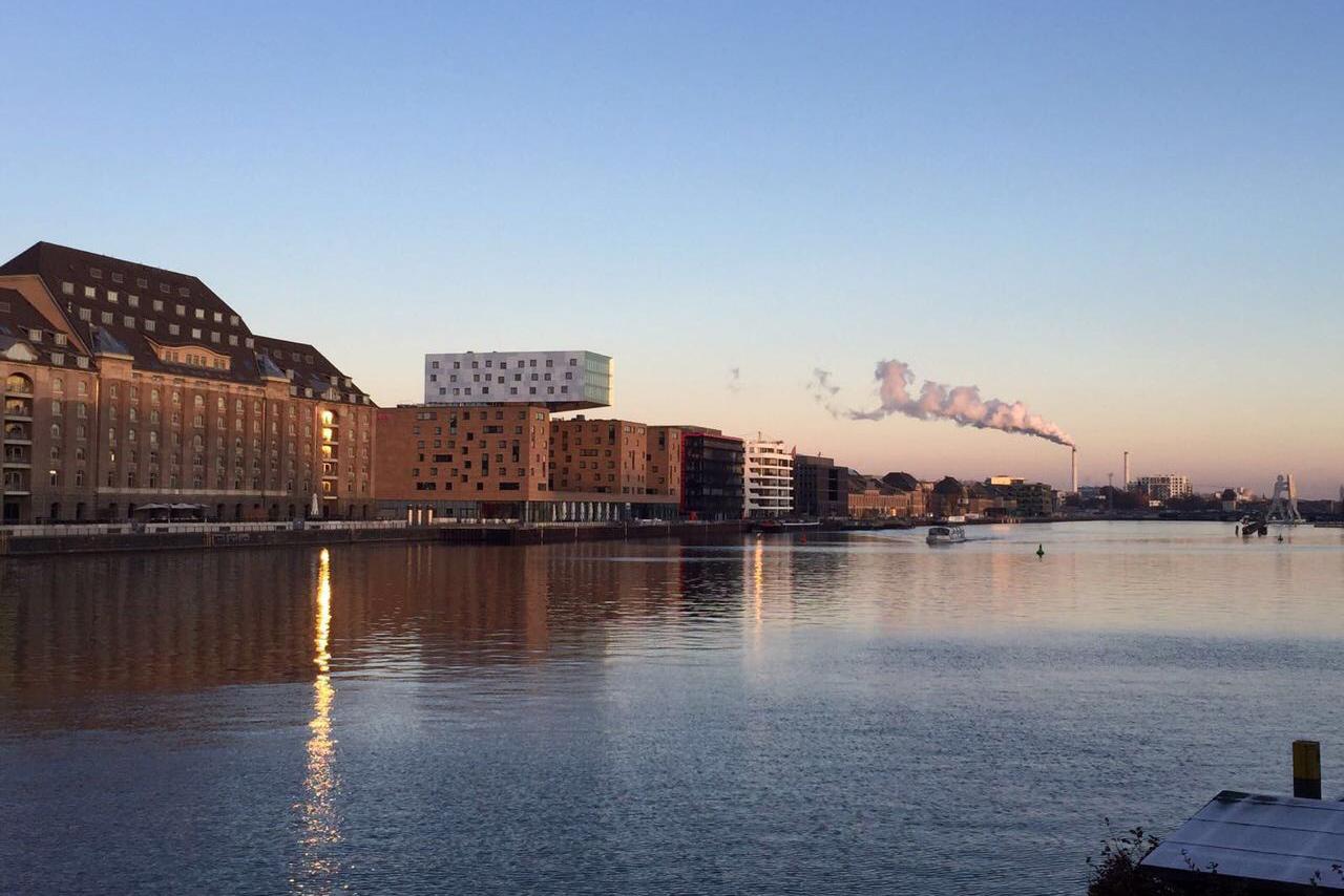 Sicht auf Fluss und Wohngebäude inmitten Berlins.