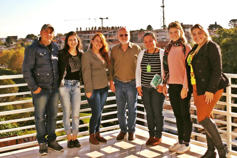 Die Austauschstudierende Dominique Spoerri steht mit Studierenden und Dozierenden einer brasilianischen Uni auf einer Terrasse dem Campus.