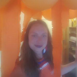 holländische Studentin in einem orange geschmückten Zimmer