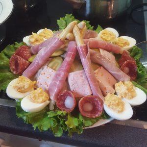 Ein Teller mit Wurstwaren, Eiern und Spargeln. Eine holländische Spezialität.