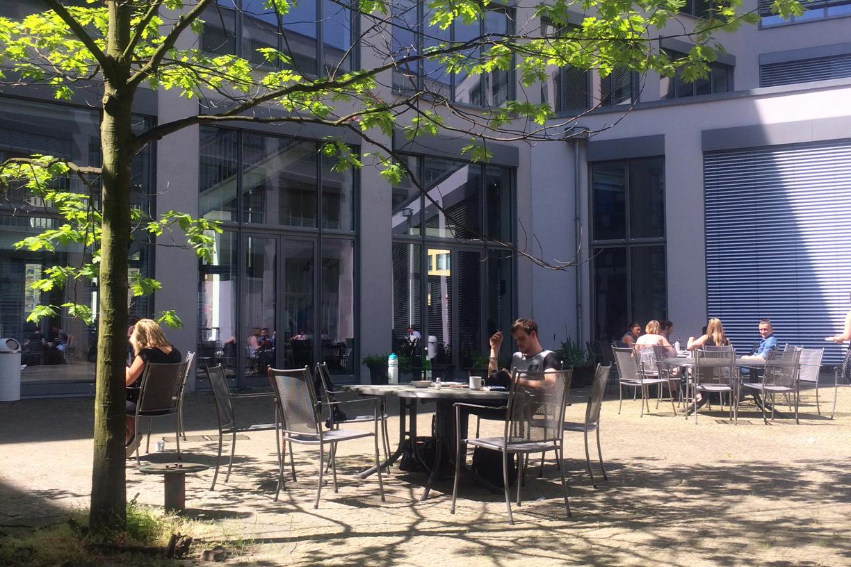 Sicht auf den Innenhof der ASH Fachhochschule in Berlin