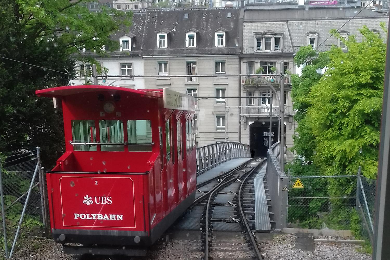rote Standseilbahn in Zürich